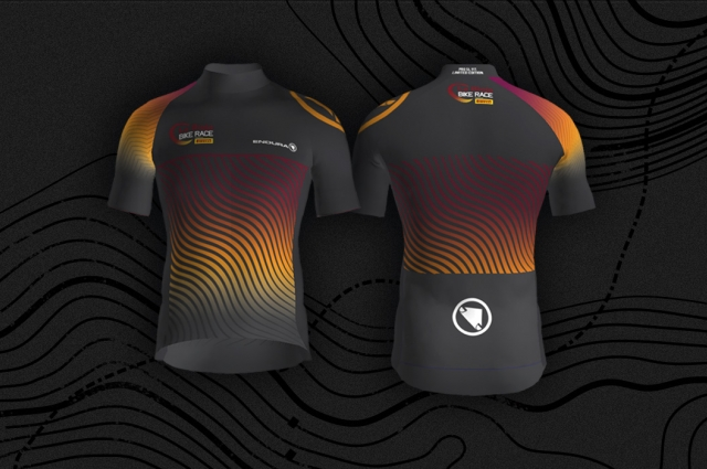 Enfúndate el maillot exclusivo de Endura diseñado para La Rioja Bike Race presented by Pirelli
